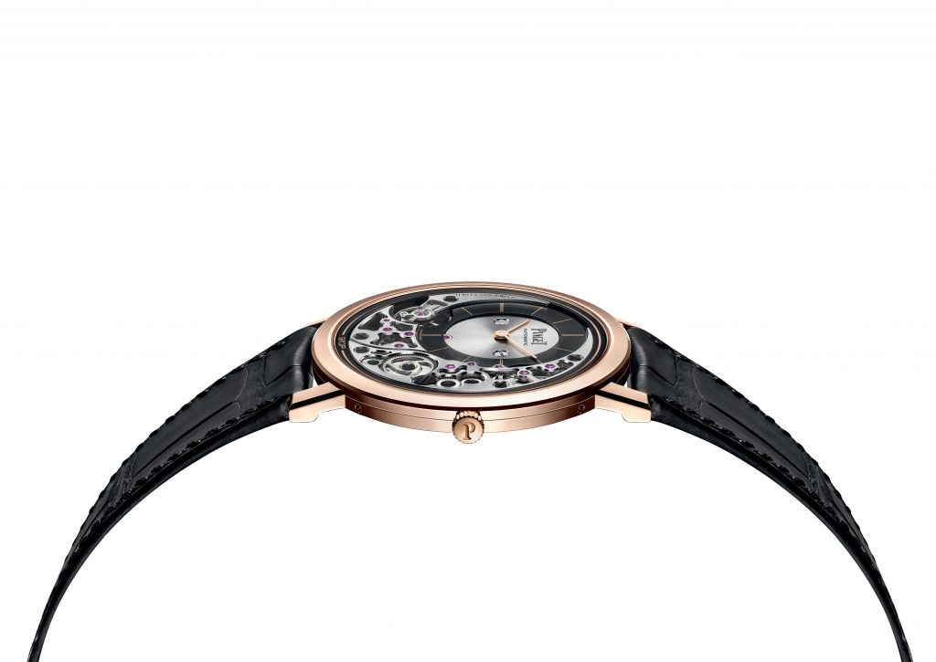The case of the Piaget Altiplano Ultimate Automatic watch serves as the main plate for the 910P movement.