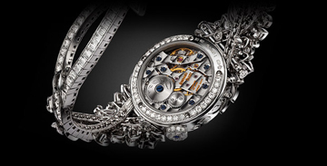 The watch is fitted with an in-house made mechanical movement.