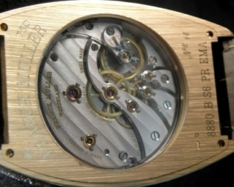 The in-house made movement is equipped with two barrels.