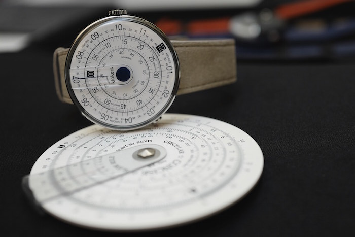 The design of the Klok-01 is inspired by the slide rule.
