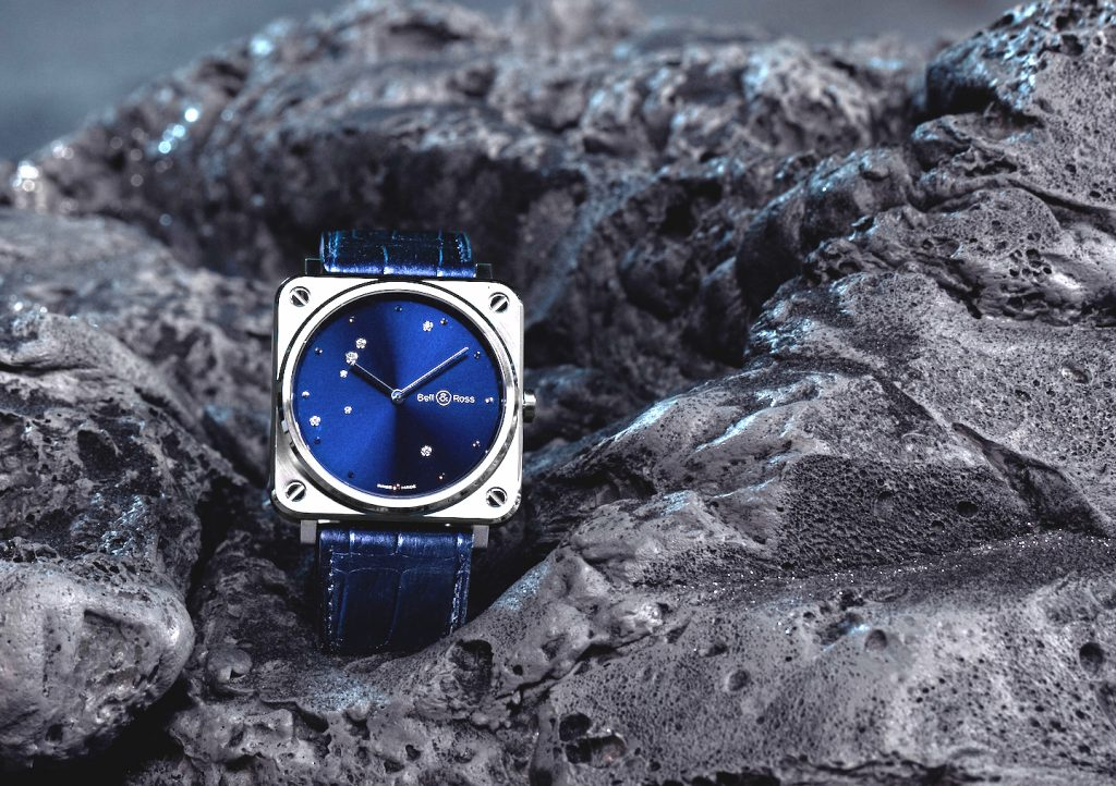 On the blue dial the Aquila constellation is created with diamonds.