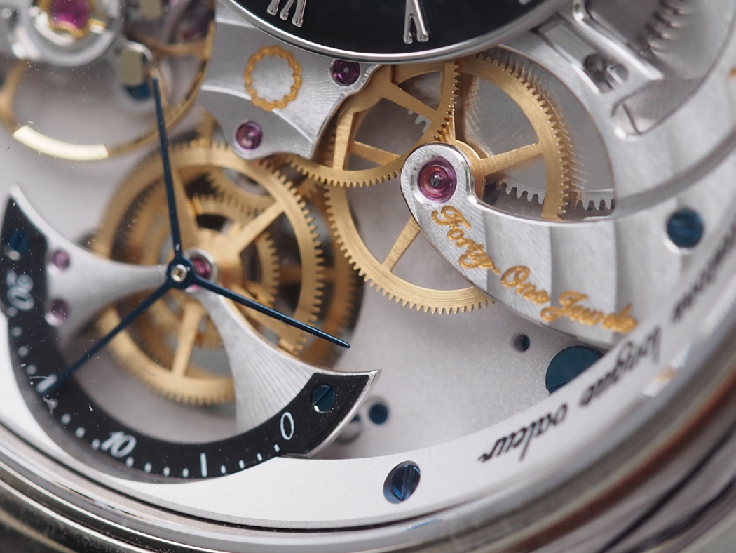 The dial on both sides offers depth and dimension