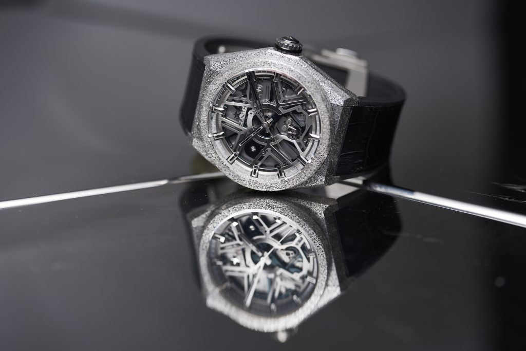 Boasting two world premiers, the Zenith Defy Lab watch houses a newly created monolithic oscillator -- replacing the spring-and-balance system.